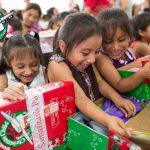 """Ateos exigen que se"""" suspenda inmediatamente"""" ayuda a niños para Navidad"""